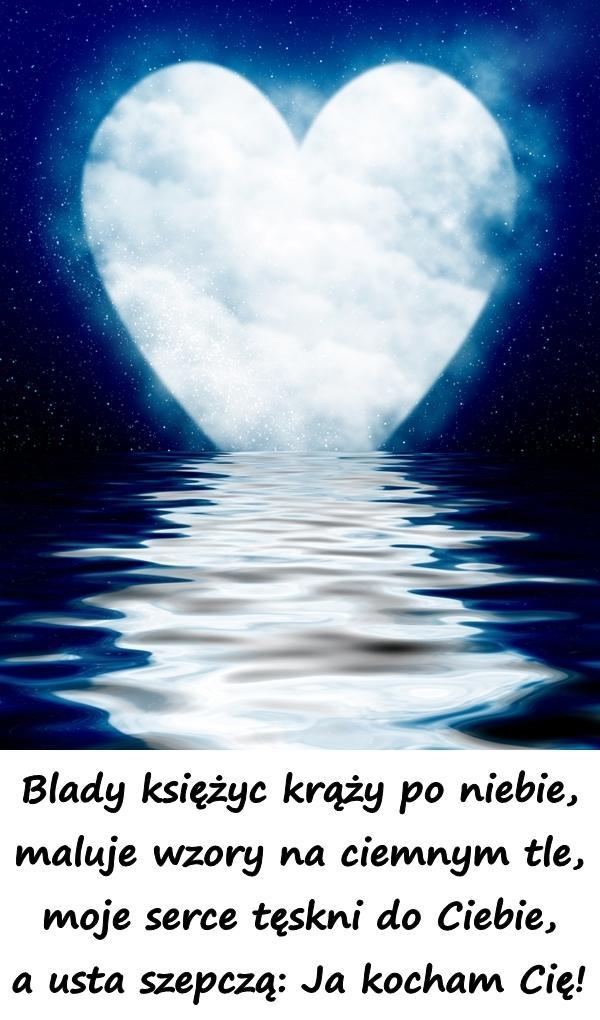 Blady księżyc krąży po niebie, maluje wzory na ciemnym tle, moje serce tęskni do Ciebie, a usta szepczą: Ja kocham Cię!
